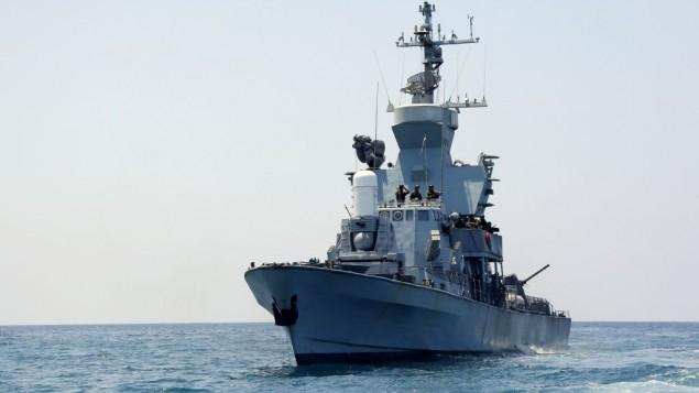 """جنود البحرية الإسرائيلية على متن سفينة حربية تابعة للجيش الإسرائيلي قبالة سواحل غزة، خلال عملية """"الجرف الصامد""""، 28 يوليو، 2014 (Edi Israel/Flash90)"""