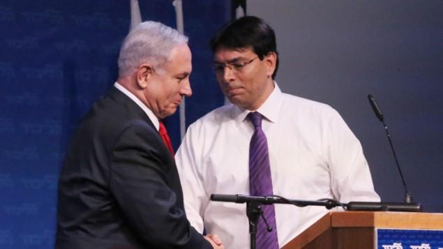 """داني دانون (من اليمين) ورئيس الوزراء بينيامين نتنياهو في مؤتمر لحزب """"الليكود""""، 9 نوفمبر، 2014. (Flash90)"""