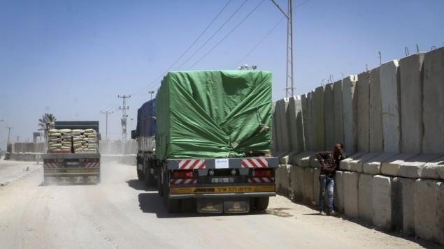 شاحنات تدخل مواد بناء الى قطاع غزة عن طريق معبر كرم ابو سالم، 29 ابريل 2015 (Abed Rahim Khatib/Flash90)