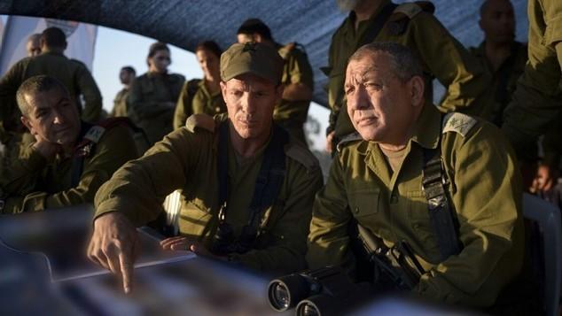 رئيس هيئة أركان الجيش الإسرائيلي غادي آيزنكوت خلال زيارة له لتمرين للفرقة المدرعة  في 23 يوليو، 2015. ((IDF Spokesperson's Unit/FLASH90)