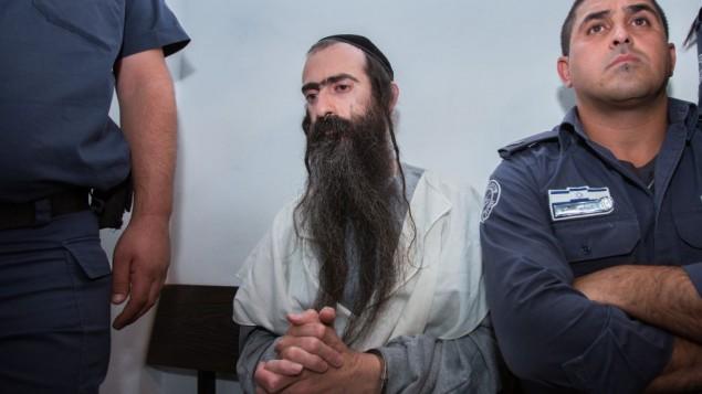 يشاي شليسل، الذي قام بطعن 6 أشخاص في مسيرة الفخر السنوية للمثليين في 30 يوليو، 2015، خلال مثوله أمام محكمة الصلح في القدس في 31 يوليو، 2015. (Yonatan Sindel/Flash90)