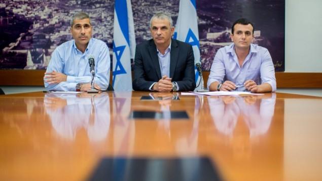 وزير المالية، موشيه كحلون (في الوسط)، مع مدير وزارة المالية شاي بابد (من اليمين) ورئيس ميزانية الوزارة أمير ليفي، خلال عرضهم لإقتراح ميزانية الدولة لعام 2015 في القدس، 2 أغسطس، 2015. (Yonatan Sindel/Flash90)