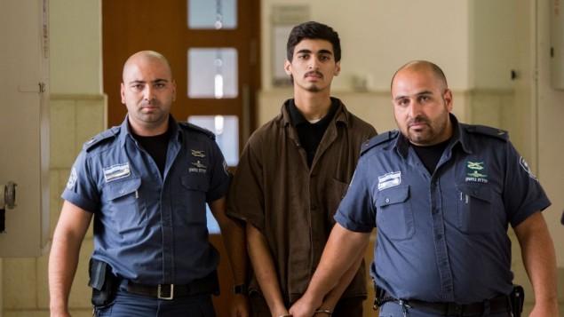 فراس شريتح (19 عاما) من ضواحي القدس الشرقية خلال حضوره للمثول أمام المحكمة المركزية في القدس في 13 أغسطس، 2015. (Yonatan Sindel/Flash90)