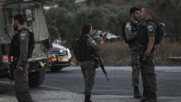 حرس الحدود في مكان الحادث حيث حاول رجل فلسطيني طعن جندي إسرائيلي وقتل بالرصاص، في مفرق تفوح قرب نابلس، 15 أغسطس، 2015. (Flash90)