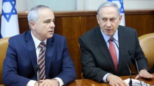 رئيس الوزراء بنيامين نتنياهو ووزير الطاقة يوفال شتاينز خلال اجتماع الحكومة الاسبوعي في القدس، 16 اغسطس 2015 (Marc Israel Sellem/POOL)