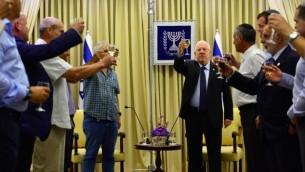 الرئيس رؤوفين ريفلين خلال لقاء مع رؤساء مجالس المستوطنات في الضفة الغربية في منزل الرئيس في القدس، 24 اغسطس 2015 (Kobi Gideon/GPO)