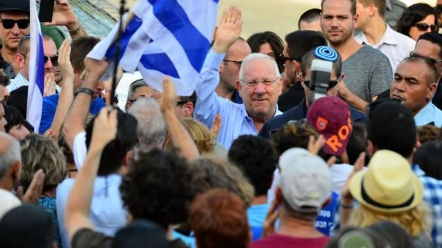 الرئيس رؤوفين ريفلين مع أنصاره خارج بيت رئيس الدولة في القدس في 7 أغسطس، 2015. (Kobi Gidon/GPO)