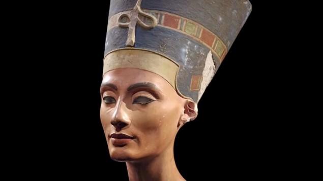 التمثال النصفي للملكة نفرتيتي والذي يبلغ عمره 3,300 عاما، تم إكتشافه في مصر عام 1912 (لقطة شاشة من YouTube )