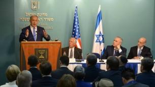 رئيس الوزراء بينيامين نتنياهو في كلمة أمام نواب كونغرس من الحزب الديمقراطي في القدس، 9 أغسطس، 2015. ستيني هوير هو الأقرب إلى نتنياهو (Amos Ben Gershom/GPO)