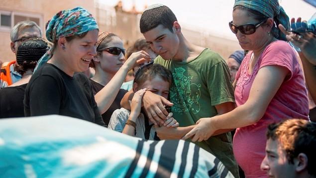 """عائلة ملآخي روزنفيلد خلال جنازته في """"كوخاف هشاحر"""" في الضفة الغربية، 1 يوليو، 2015. (Yonatan Sindel/Flash90)"""