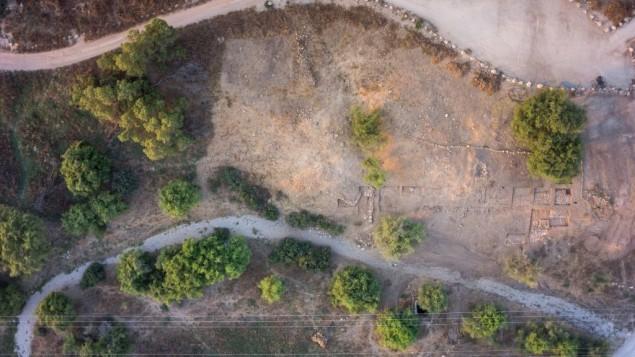مشهد جوي للإكتشاف الأخير الذي قام به علماء آثار إسرائيليون. جامعة بار إيلان أعلنت عن اكتشاف بوابة مدينة أثرية وتحصين لمدينة جت الفلستية التوراتية (موطن جليات)، 4 أغسطس، 2015.  (Griffin Aerial Imaging)