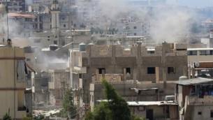 لدخان يتصاعد من مخيم عين الحلوة للاجئين الفلسطينيين القريب من مدينة صيدا الساحلية جنوب لبنان خلال  إشتباكات في 23 أغسطس، 2015. (Mahmoud Zayyat/ AFP)