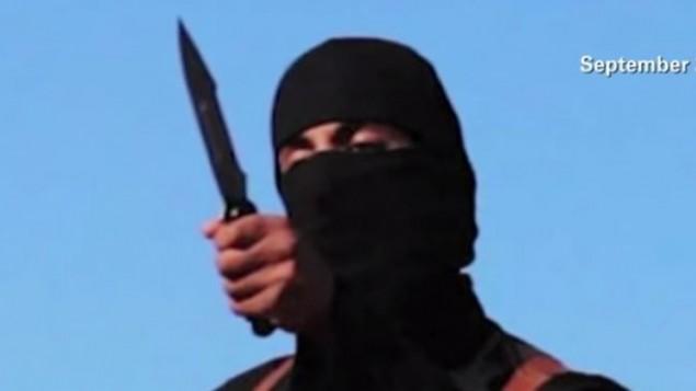 'جون الجهادي'، الذي تبين لاحقا أنه يُدعى محمد الموازي، في شريط فيديو لتنظيم 'الدولة الإسلامية'. (لقطة شاشة: YouTube/CNN)