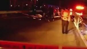 قوات الأمن في موقع موت رجل فلسطيني برصاص الجيش بعد ان طعن رجل اسرائيلي الاحد، 9 اغسطس 2015 (screen capture: Twitter)