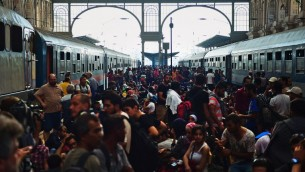 مهاجرون ولاجئون في محطة القطارات في بودابيست، 1 سبتمبر 2015 (ATTILA KISBENEDEK / AFP)