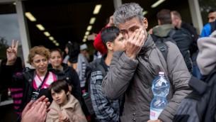 لاجئ يبكي عند وصوله إلى محطة القطارات الرئيسية في دورتموند، غرب ألمانيا، في 6 سبتمبر، 2015. (AFP PHOTO / DPA / MAJA HITIJ   GERMANY OUT )