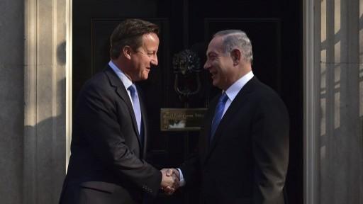 رئيس الوزراء البريطاني ديفيد كاميرون ونظيره الإسرائيلي بنيامين نتنياهو امام داونينغ ستريت قبل لقائهما في لندن، 10 سبتمبر 2015 (LEON NEAL / AFP)