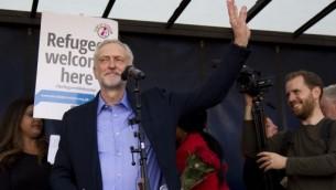 الرئيس الجديد لحزب العمال البريطاني المعارض، اليساري الراديكاري جيريمي كوربن، يخاطب مظاهرة داعمة لطالبي اللجوء في بريطانيا في مركز لندن، 12 سبتمبر 2015 (JUSTIN TALLIS / AFP)