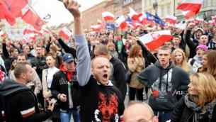 متظاهرون من اليمين يشاركون في إحتجاجات مناهضة للمهاجرين في وارسو، 12 سبتمبر، 21015. (AFP PHOTO / JANEK SKARZYNSKI)