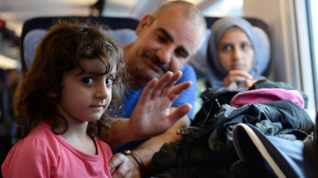 عائلة لاجئون سوريون على متن قطار متجه الى برلين في محطة القطارات في ميونخ، 13 سبتمبر 2015 (CHRISTOF STACHE / AFP)