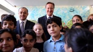 رئيس الوزراء البريطاني ديفيد كاميرون اثناء زيارته لمخيم للاجئين السوريين في لبنان، 14 سبمتمبر 2015 (STEFAN ROUSSEAU / POOL / AFP)