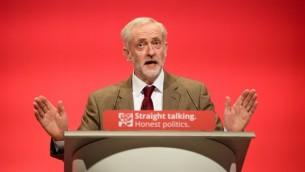 رئيس حزب العمل البريطاني جيريمي كوربن يخاطب المؤتمر السنوي لحزب العمل، 29 ستمبر 2015 (AFP/Leon Neal)
