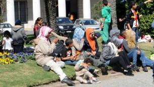 لاجئون سوريون يحتجون امام مقر الرئاسة في الاوروغواي مطالبين بمغادرة البلاد بسس المصاعب في الاندماج والصعوبات الاقتصادية، 8 سبتمبر 2015 (MIGUEL ROJO / AFP)