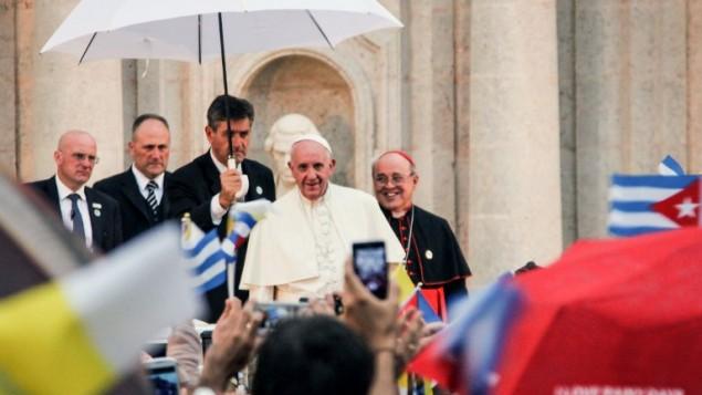 البابا فرنسيس (في الوسط) إلى جانب رئيس أساقفة هافانا، خايمي أورتيغا، خلال لقاء مع شبان في مركز الأب فيليكس فاريلا الثقافي في هافانا، 20 سبتبمر،2015. (AFP PHOTO/JORGE BELTRAN)