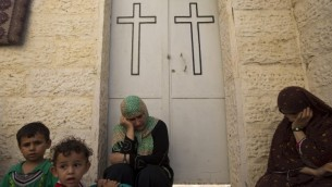 صورة توضيحية لنساء امام كنيسة ارثوذكسية (AFP PHOTO / MAHMUD HAMS)