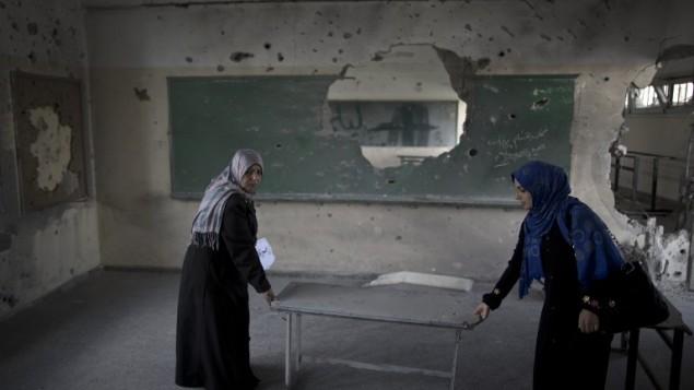 معلمات فلسطينيات في مدرسة حكومية في مدينة غزة، 13 سبتمبر 2014 (AFP/Mahmud Hams)