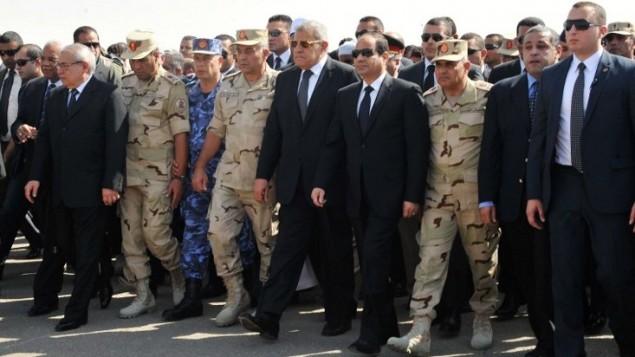 الرئيس المصري عبد الفتاح السيسي ورئيس الوزراء إبراهيم محلب، 25 أكتوبر 2014 ( AFP PHOTO/ HO/ EGYPTIAN PRESIDENCY)