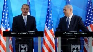 رئيس مجلس النواب الأمريكي جون باينر (من اليسار) ورئيس الوزراء بينيامين نتنياهو في مكتب رئيس الوزراء في القدس، 1 أبريل، 2015. (Debbie Hill/AFP)