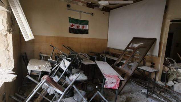 علم المعارضة داخل غرفة في مدرسة مدمرة في مدينة حلب السورية، 3 مايو 2015 (AFP PHOTO / BARAA AL-HALABI)