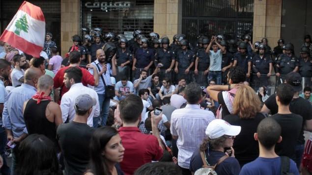 ناشطون لبنانين يقفون امام الشرطة خارج وزارة البيئة في وسط بيروت، 1 سبتمبر 2015 (STR / AFP)