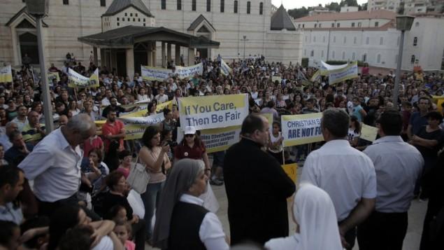 مئات العرب المسيحيين في اسرائيل بمظاهرة ضد ما يقولون انه تمييز ضدهم بتخصيص ميزانيات المدارس، امام كنيسة البشارة في الناصرة، 1 سبتمبر 2015 (AHMAD GHARABLI / AFP)