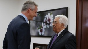 محمود عباس، من اليمين، يلتقي مع السياسي الفرنسي برونو لومير في رام الله، 5 سبتمبر، 2015. (AFP/ABBAS MOMANI)