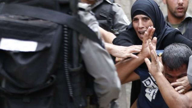 متظاهرون فلسطينيون يتواجهون مع شرطة مكافحة الشغب الإسرائيلية بعد أن قامت بسد الطريق المؤدية إلى المسجد الأقصى في البلدة القديمة في القدس، 14 سبتمبر، 2015. (AFP PHOTO / AHMAD GHARABLI)