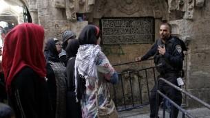 """نساء فلسطينيات من حركة """"المرابطات"""" يدحدثن مع شرطي اسرائيلي يمنعهن من الوصول الى الحرم القدسي خلال مظاهرة ضد زيارة اليهود الى الحرم، 20 سبتمبر 2015 (AFP PHOTO / AHMAD GHARABLI)"""