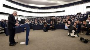 رئيس المفوضية الأوروبية جان كلود يونكر اثناء اعلانه عن خطته للاجئين في البرلمان الاوروبي في ستراسبورغ في فرنسا، 9 سبتمبر 2015 (FREDERICK FLORIN / AFP)