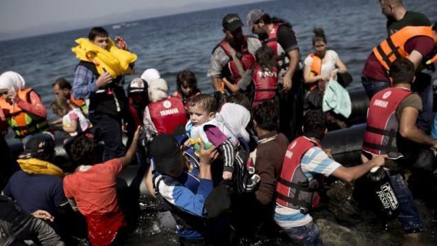 توضيحية: مهاجرون سوريون يصلون شواطئ اليونان، 11 سبتمبر 2015 (ANGELOS TZORTZINIS / AFP)