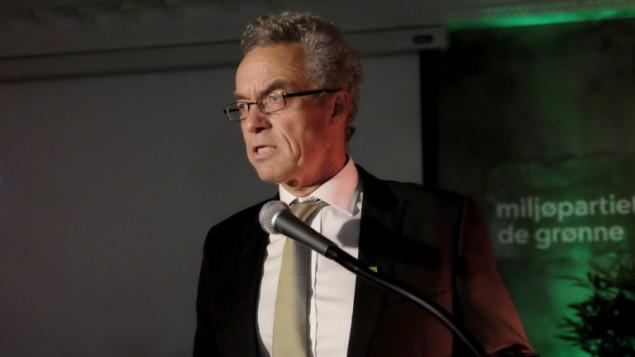 """رئيس حزب """"ام دي جي"""" البيئي  راسموس هانسون في تصريح صحافي في اوسلو، 14 سبتمبر 2015 (OLE GUNNAR ONSØIEN / NTB SCANPIX / AFP)"""