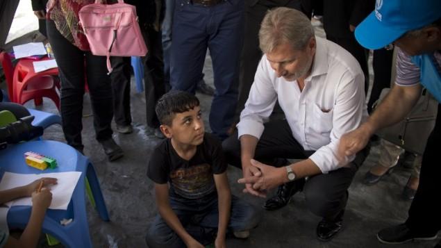 مسؤول شؤون التوسيع في الاحاد الاوروبي يوهانس هان في مخيم لاجئين في مقدونيا، 19 سبتمبر 2015 (NIKOLAY DOYCHINOV / AFP)