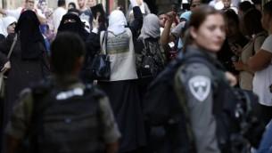 نساء فلسطينيات يهتفن شعارات بوجه قوات الامن الاسرائيلية التي تعرقل الدخول الى الحرم القدسي في البلدة القديمة، القدس 15 سبتمبر 2015 AFP/Thomas Coex