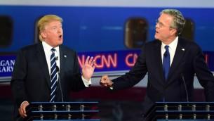 المرشحان للسباق الرئاسي الأمريكي من الحزب الجمهوري الأمريكي دوانالد ترامب وجيب بوش خلال مناظرة تلفزيونية للحزب نظمتها قناة سي ان ان، 16 سبتمبر 2015 (FREDERIC J. BROWN / AFP)