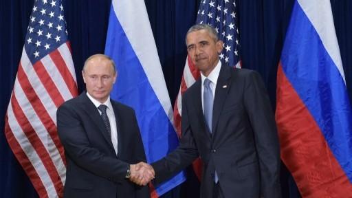 الرئيس الأمريكي باراك اوباما ونظيره الروسي فلاديمير بوتين قبل لقائهما على هامش الجمعية العامة للأمم المتحدة في نيويورك، 28 سبتمبر 2015 (MANDEL NGAN / AFP)