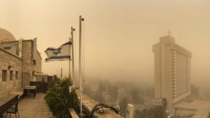 مشهد من فوق سطح أحد المباني في القدس للسماء التي غطتها العاصفة الرملية، 8 سبتمبر، 2015. (Joe Hyams)