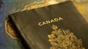 صورة توضيحية لجواز سفر كندي (CC BY-SA Jeff Nelson, Flickr)