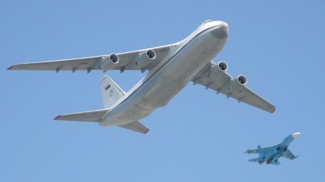 """طاشرة أنتونوف روسية من طراز An-124 """"كوندور""""، وإلى جانبها طائرة مقاتلة من طراز """"سوخوي سو-27"""". (CC BY-SA, Flickr Dmitry Terekhov)"""