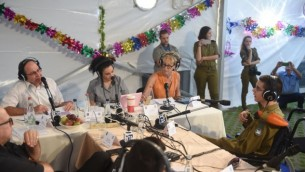 وزير الدفاع موشيه يعالون (من اليسار، بالقميص الأبيض) خلال لقاء أجرته معه إذاعة الجيش بمناسبة عيد العرش اليهودي في خيمة العيد الخاصة بوزارة الدفاع في تل أبيب. (Diana Hananshvili/Defense Ministry)