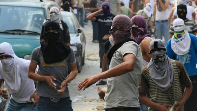 صورة توضيحية: شبان عرب يلقون الحجارة باتجاه قوات الأمن الإسرائيلية خلال إشتباكات في القدس الشرقية.  (Kobi Gideon/Flash90)